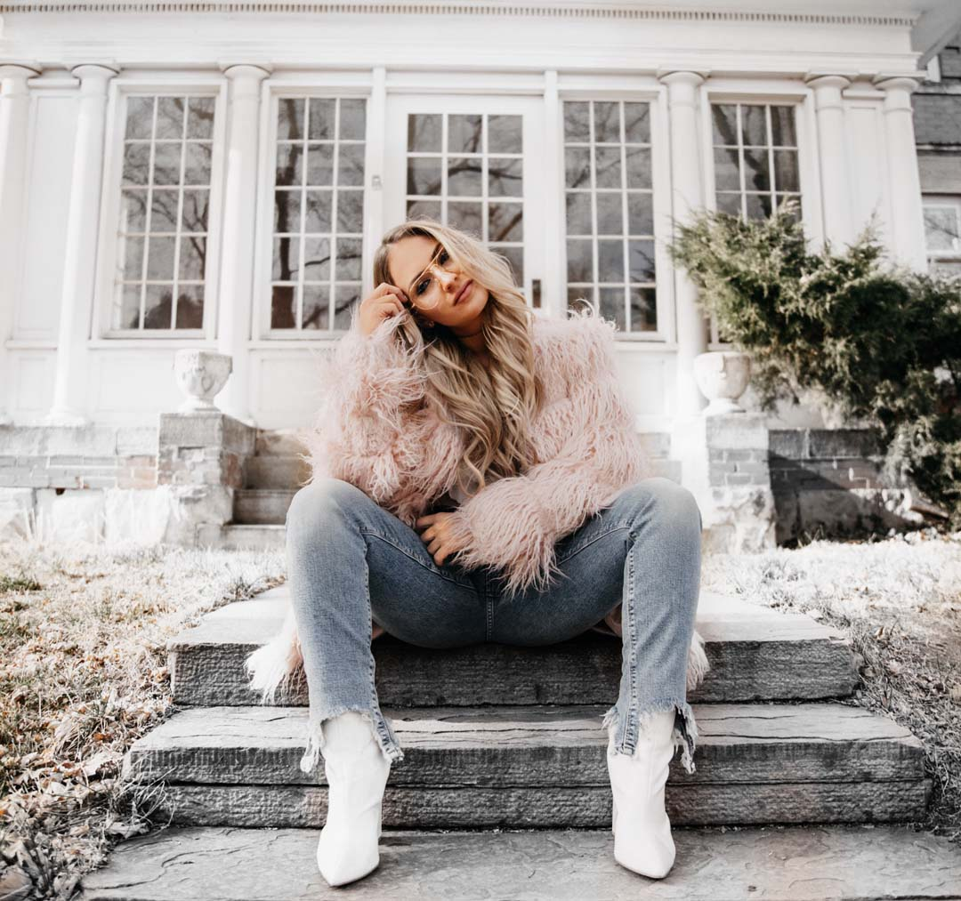 Lauren Nicolle, fashion blogger Lucky Brand Collaboration, sitting